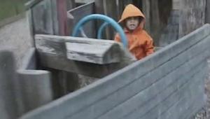 Chłopczyk bawi się na placu zabaw. W 5 sekundzie pogoda zmienia się diametralnie