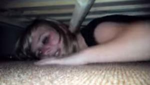 Ukryła się pod łóżkiem, by sprawdzić, czy jej chłopak jest jej wierny. To, co st