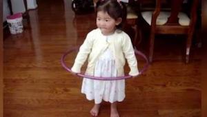 Kiedy ta mała dziewczynka bierze w rączki hula hop, robi COŚ co na długo zostani