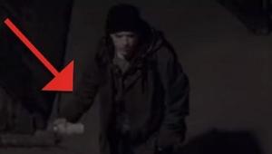 Zakapturzona postać robi graffiti pod osłoną nocy. Gdy zobaczycie dlaczego to ro