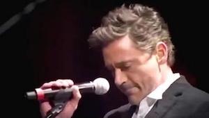 Kiedy wszedł na scenę by zaśpiewać ze Stingiem, wydawał się zdenerwowany. Zaczął