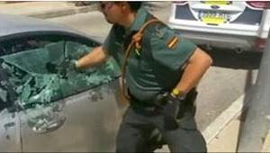 Policjant rozbił szybę w aucie, by uratować psa. Zobaczcie, co się dzieje kilka