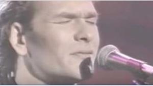 Gdy w 1990 roku Patrick Swayze niespodziewanie pojawił się na scenie i zaśpiewał