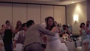 Tańczyli pierwszy taniec, gdy nagle pan młody poprosił, by usiadła. To, co stało