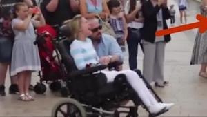 Obcy mężczyzna dał różę kobiecie siedzącej na wózku, a gdy jej własny mąż wskaza