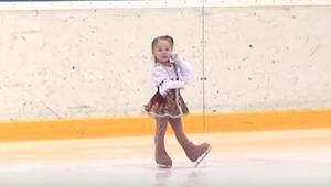 Gdy miał się zacząć występ na lodzie zaledwie 2,5-letniej dziewczynki, wszyscy b