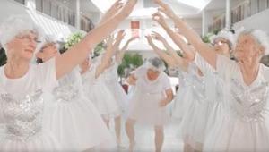 Dziewięć 82-letnich kobiet, ubranych na biało tańczy i śpiewa. Popatrzcie na bab