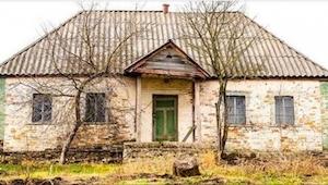 Przez 30 lat ten dom stał pusty. Teraz ktoś zaryzykował i tam wszedł i... zobacz