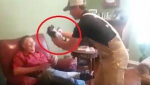 To, co robi ten pies, gdy zabierają go od właściciela, ubawi Was do łez!