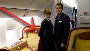 Dlaczego stewardessy trzymają ręce z tyłu, gdy wpuszczają pasażerów na pokład? M