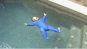 Ich dziecko wpadło do basenu. To, co stało się chwilę później, zmroziło mi krew!
