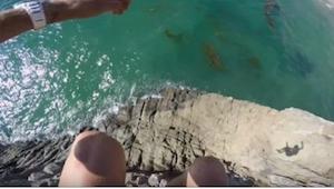 Nabuzowany adrenaliną chłopak podchodzi do urwiska i skacze, ale nie przewidział