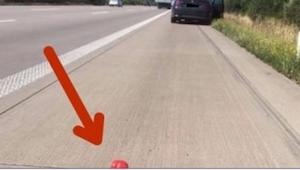 Kierowca miał awarię samochodu, ale nie miał trójkąta ostrzegawczego. Kiedy poli