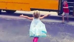 Młodsza siostrzyczka codziennie biegnie, by przywitać starszego brata. To jak to