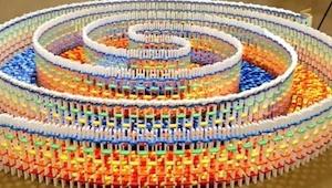 Artystka przez 25 godzin ustawiała 15 tysięcy kostek domina. Gdy wszystkie runą
