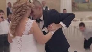 Pan młody na wózku prowadzi swoją żonę do pierwszego tańca. W 1:21 dzieje się co