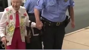 102-letnia staruszka została zakuta w kajdanki i przewieziona na komisariat. Pow