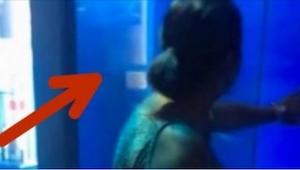 Kobieta mocno puka w szybę akwarium dla rekinów. To, co dzieje się w 15 sekundzi