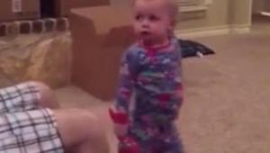 Ten tata raz za razem podkrada zabawkę swojej córeczki. Jej reakcja w 02:11 przy