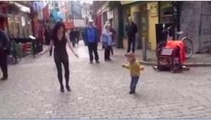 Dziewczynka zobaczyła na ulicy tańczącą kobietę. To, co zrobiła ta mała, obejrza