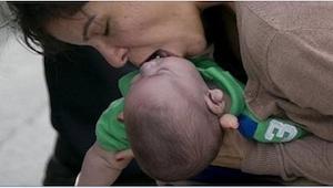 Gdy dziecko przestało płakać w samochodzie, na wszelki wypadek zjechała na poboc