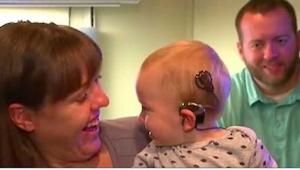 Głuchy chłopiec po raz pierwszy słyszy - jego reakcja jest cudowna!