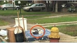 Sąsiad obserwował wyprowadzającą się rodzinę. Tydzień później dokonał smutnego o
