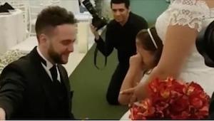 W czasie mszy ślubnej nagle klęka przed córeczką swojej przyszłej żony. To, co d