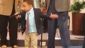 Czteroletni chłopiec wyszedł na środek kościoła i zaczął śpiewać. Gdy skończył?