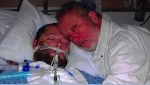 Gdy lekarze chcą wyłączyć aparaturę podtrzymującą jego syna przy życiu, wyciąga