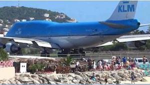Samolot samolotem, ale zobaczcie, co zaraz się stanie z ludźmi na plaży!