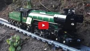 Postanowił nagrać jak pociąg Lego zwiedził jego dom. Coś niesamowitego!