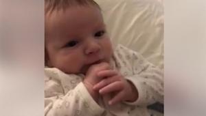 Mama nagrywała swoje 2 miesięczne dziecko. Nie spodziewała się uchwycić czegoś t