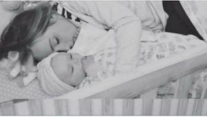 Widzi swoją żonę śpiącą w łóżeczku razem z dzieckiem. To, co mu później powiedzi