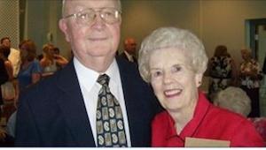 Jego żona umiera w wieku 83 lat. Dwa dni później otwiera jej portfel i znajduje