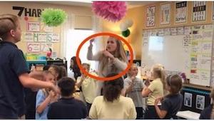 To, co robi ta młoda nauczycielka sprawia, że dzieci ją uwielbiają i... chętnie