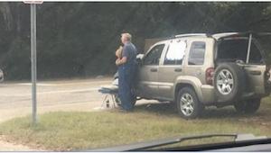 Kilka tygodni po śmierci żony on znowu staje na poboczu drogi. Gdy ta kobieta go