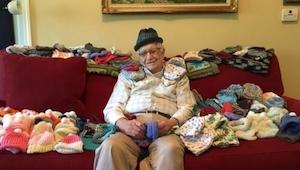 Mając 86 lat nauczył się robić na drutach, jednak to powód porusza do łez!