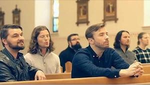 Sześciu mężczyzn zaczyna śpiewać w pustym kościele. Mam ciarki na całym ciele!