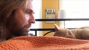 Mężczyzna zbliża się do śpiącego kota, to co zrobił doprowadziło mnie do łez...Z