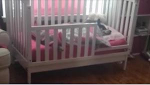 Matka chce sprawdzić czy jej dziecko grzecznie śpi. Okazuje się, że córeczka nie