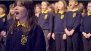 10-latka z autyzmem stanęła przed szkolnym chórem. Kiedy zaczęła śpiewać, moment