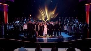 Publiczność momentalnie wstrzymała oddech, gdy 165 osób zaczęło śpiewać TEN prze