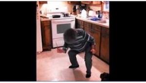 To, co ta babcia zrobiła w kuchni, jest równocześnie przezabawne i świetne!