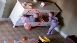 Komoda przewróciła się na chłopca. W to co zrobił jego brat aż ciężko uwierzyć!