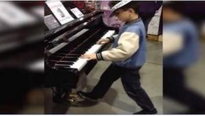 Gdy zobaczył w sklepie swój ukochany instrument, nie mógł się oprzeć pokusie! I