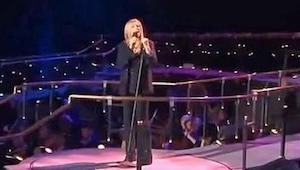 Barbara Streisand śpiewa Memory z musicalu Koty, nagle dołącza do niej Susan Boy