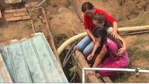 Matka zamknęła swoje dwie córki w studni. Kiedy je wypuściła, zobaczyły wstrząsa