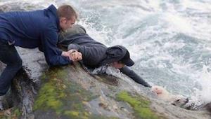 Spacerując nad oceanem trzech mężczyzn zauważyło coś białego w wodzie - po chwil