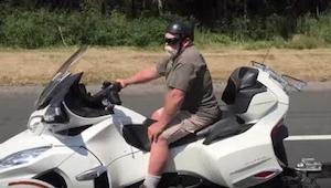 Mężczyzna na ogromnym motocyklu zwraca uwagę innych użytkowników drogi - jednak